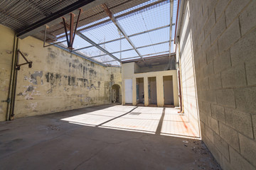 Blick in den Innenhof eines Gefängnis mit vergittertem Himmel