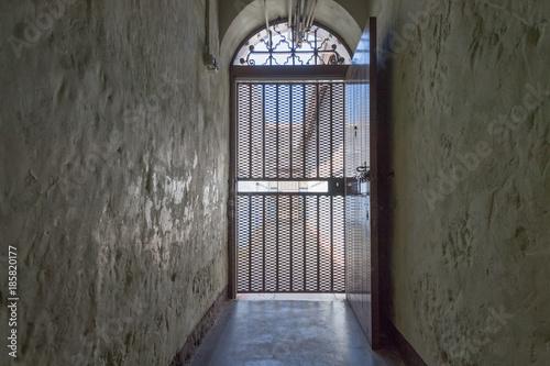Metalltür mit verschlossener metalltür als durchgang zum gefängnis