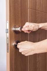 kapı kilitlemek