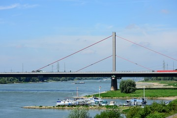 Leverkusen mit Autobahnbrücke und Bootshafen