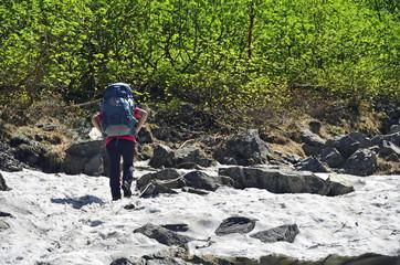 雪残る8月。涸沢に向かう登山者