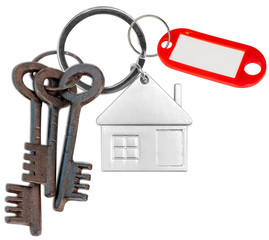 clés vintage et porte-clés maison avec porte-étiquette rouge sur fond blanc