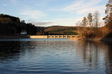 Die Staumauer am Diemelsee in Nordhessen