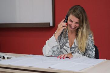 Secretária atendendo telefone