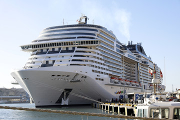 Kreuzfahrtschiff am Anleger vertäut