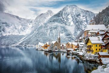 Blick auf das winterliche Hallstatt in den verschneiten Alpen von Österreich Wall mural