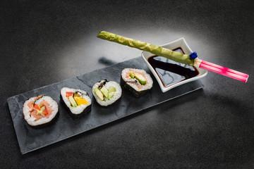 Sushi mit Sojasauce und Eßstäbchen