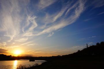 川の日没 青空 太陽