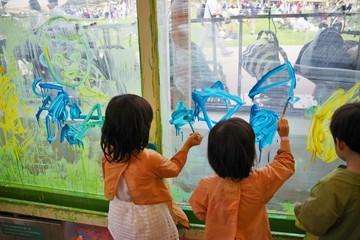 絵の具で壁に絵を描く子供たち