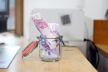 Banknoten im Einmachglas