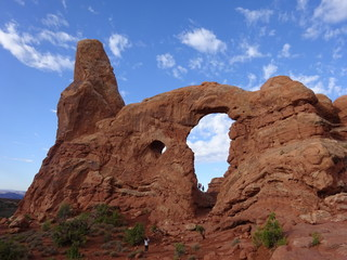 Deurstickers Natuur Park Tourists taking photos at huge natural sandstone arch in Utah