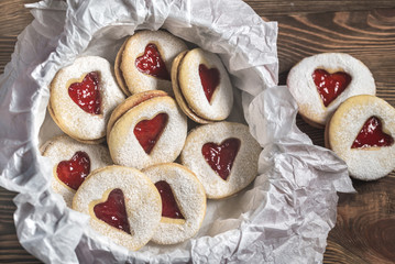 Stores à enrouleur Biscuit Heart shaped cookies with strawberry filling