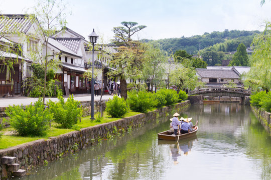 倉敷の水路を進む小舟