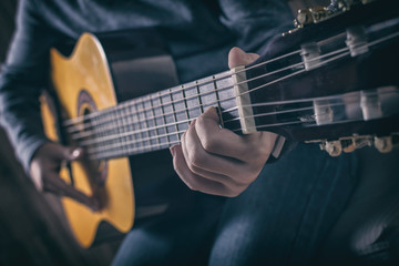 Gitarrenspieler mit Akustikgitarre