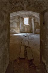 Raum mit Gewölbe und Fenster in der Festung Prevlaka in Kroatien