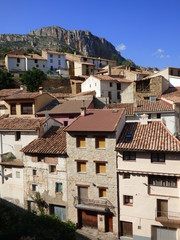 Pitarque. Pueblo de Teruel (Aragon,España). Está situado en la comarca del Maestrazgo, al pie de la montaña de Peñarrubia