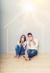 Pärchen sitzt im Plan vom eigenen Haus Hausbau