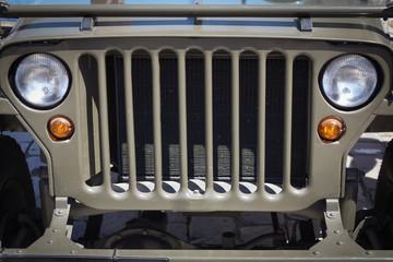 Zabytkowy samochód terenowy, widok przedni grill i światła