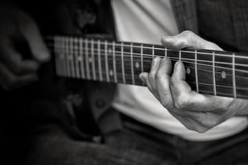 Gitarrist in Schwarzweiß