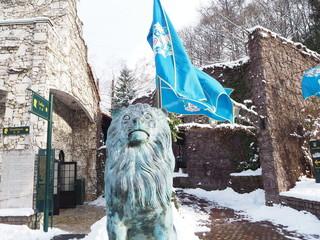 ライオンと青い旗