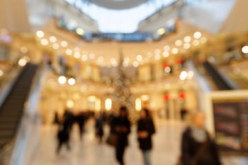 Passanten in weihnachtlich beleuchtetem Einkaufszentrum - in abstrakter Unschärfe