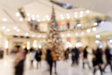Weihnachtsgeschäft: Eilige Besucher in Einkaufsgalerie - Bokeh Hintergrund
