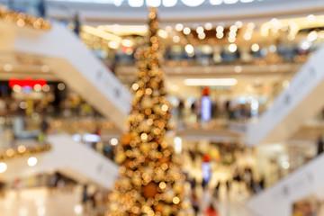 Weihnachtsgeschäft in mehrstöckiger Einkaufsgalerie  - Abstrakte Unschärfe