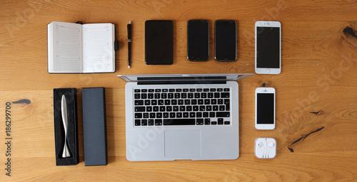 Schreibtischplatte holz  Holz Büro Schreibtisch Tisch mit Laptop, Smartphone