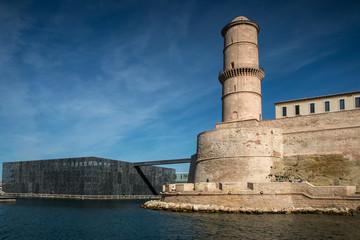 Fort Saint Jean et Mucem depuis le Vieux port à Marseille
