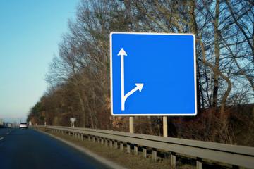 Teilansicht Autobahn mir Autobahnschild ohne Beschriftung