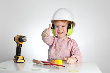 Kind beim Handwerken Basteln Arbeitsschutz Daumen hoch