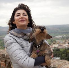 Coppia donna e cane bassotto al vento