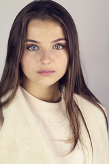 Search photos girl - Fille brune au yeux bleu ...