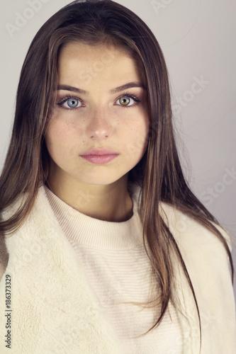 Portrait d 39 une belle jeune fille brune aux yeux bleus photo libre de droits sur la banque d - Fille yeux bleu ...