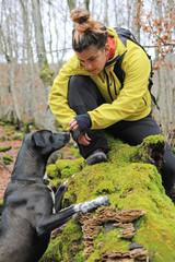chica joven con perro en el bosque 4M0A2714-f17