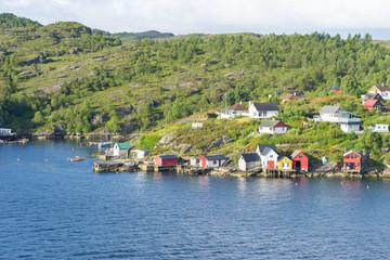 Häuser auf einer Insel am Stadtrand von Bergen, Norwegen