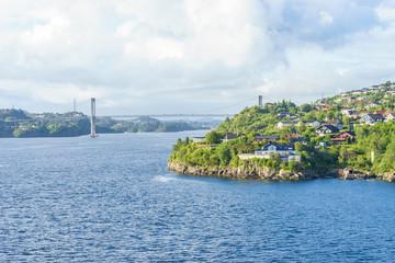 Aussenbezirk am Stadtrand von Bergen mit Brücke  zwischen den Inseln