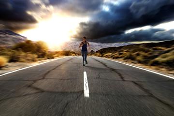 3d-animierte sportliche Frau rennt auf einer Straße