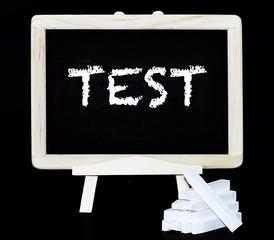 Test Kreidebuchstaben auf einer Tafel