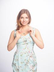 красивая девушка в летнем платье