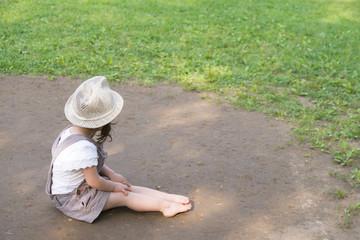 裸足で座る女の子