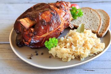 Grillhaxe mit Sauerkraut