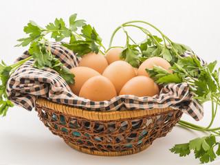 Huevos en una cesta de mimbre y tela