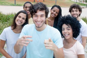 Gruppe sympathischer Jugendlicher schaut zur Kamera