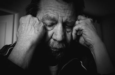 Uomo anziano triste, depesso.