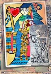 Sfondo con vecchie carte e regina di cuori dei tarocchi