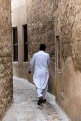 Mann in Gasse von Dubai