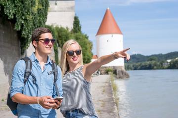 Urlauberpaar am Innufer in Passau beim Stadtbummel