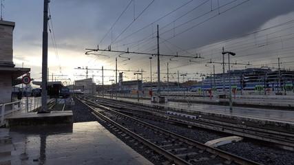 Stazione dei treni in una giornata nuvolosa