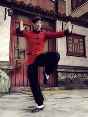 Chiński wojownik ćwiczący przed domem